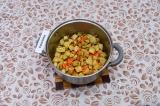 Шаг 5. Подрумянить картофель и морковь на масле.