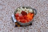 Шаг 6. Добавить капусту, тыкву, помидоры и томатную пасту, подсолить. Добавить