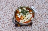 Шаг 7. За 5 минут до готовности добавить стручковую фасоль, сыр и укроп. Перемеш