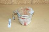 Шаг 2. Смешать кукурузный крахмал с 125 миллилитрами овсяного молока.