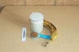 Шаг 3. Соединить блендером 125 миллилитров овсяного молока, конопляное молоко