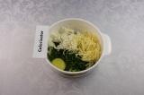 Шаг 5. Смешать два вида сыра, шпинат, сметану и яйцо, посолить, поперчить.