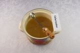 Шаг 8. Подсластить медом, когда напиток немного остынет.