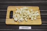 Шаг 2. Адыгейский сыр нарезать небольшими кубиками.