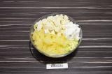 Шаг 4. Ананас и сыр добавить к капусте, заправить сметаной и перемешать. При под