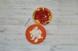Шаг 3. Нарезать помидоры мелкими кубиками. Сыр фета также нарезать кубиками.