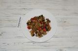 Шаг 4. Готовые баклажаны и перец выложить на тарелку и дать овощам немного остыт