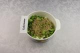 Шаг 7. Подготовленные овощи смешать с сыром, орехами и семенами.