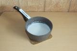 Шаг 1. Довести кокосовое молоко до кипения.