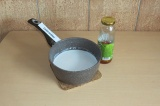 Шаг 2. Уменьшить огонь и добавить сироп топинамбура.