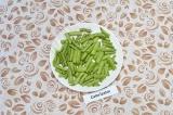 Шаг 1. Стручки зеленой фасоли промыть и нарезать брусочками.
