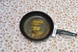 Шаг 2. В подсолнечном масле на сковороде обжарить специи в течение 1 минуты.