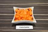 Шаг 2. Морковь нарезать крупными кубиками.