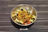 Шаг 4. В глубокой емкости смешать овощи, добавить специи, соль и масло. Оставить