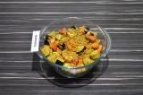 Шаг 5. В глубокую форму для запекания выложить овощи, добавить булгур, перемешат