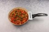 Шаг 6. Из оливок слить жидкость, добавить в гуляш, приправить солью и перцем