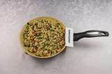 Шаг 5. В течение 5 минут обжарить омлет на антипригарной сковороде, помешивая