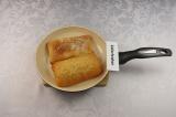 Шаг 6. Чиабатту разрезать на 2 части, подсушить на раскаленной сухой сковороде