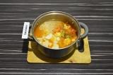 Шаг 9. Залить овощи оставшимся кипятком, добавить картофель и рис. Варить 15 мин