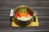 Шаг 7. В масло со специями добавить перцы, морковь, помидор и цветную капусту.