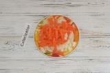 Шаг 2. Морковь и лук нарезать кубиками и соломкой. Протушить ребра и овощи