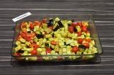 Шаг 4. В форму для выпечки выложить все овощи, добавить специи, растительное