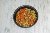 Шаг 4. Овощи обжарить на сковороде с растительным маслом. Полуготовые овощи