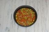 Шаг 5. Яйца взбить с солью, перцем и сухими травами. Залить овощи яичной смесью