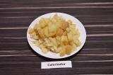 Шаг 1. Вареный в кожуре картофель остудить, очистить и нарезать мелкими кубиками