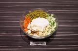 Шаг 5. В глубоком салатнике смешать овощи, сыр, добавить зеленый горошек, заправ
