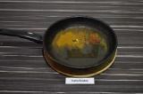 Шаг 3. На сковороде обжарить специи в раскаленном масле в течение минуты.