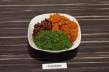 Шаг 7. В салатнике смешать фасоль, морковь и оставшийся укроп.