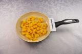 Шаг 4. Тыкву нарезать небольшими кубиками, посолить (1 грамм), поперчить, обжари
