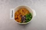 Шаг 7. Все ингредиенты смешать и заправить соусом.