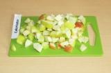 Шаг 2. Нарезать яблоки квадратиками.