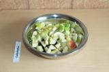 Шаг 4. Добавить к сухим ингредиентам яблоки и перемешать.