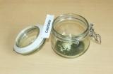 Шаг 4. Выложить часть приправы, чеснока и масла на дно банки.