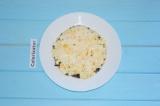Шаг 4. Яйца отварить, нарезать кубиками и добавить вторым слоем в салат. Этот сл