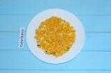 Шаг 5. Сверху по салату распределить кукурузу.