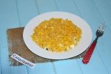 Готовое блюдо: салат с грибами, кукурузой и яйцом