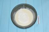 Шаг 2. Перемешать, добавить соду, сахар и соль. Постепенно добавлять муку и пере