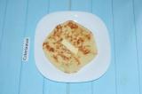 Шаг 7. Обжарить хачапури на сухой сковороде с обеих сторон. Каждый кусок смазыва