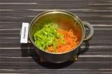 Шаг 9. Выложить в кастрюлю морковь и перец. Пассеровать 3 минуты.