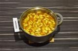 Шаг 11. Залить овощи водой, добавить картофель и варить 15 минут под закрытой