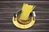Шаг 1. Спагетти отварить в подсоленной воде.
