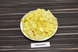Шаг 2. Картофель нарезать крупными кубиками.