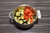 Шаг 5. Баклажаны и помидоры выложить в кастрюлю, тушить 5 минут, помешивая.
