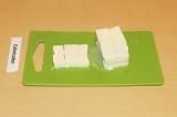 Шаг 2. Нарезать квадратиками тофу.