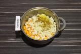 Шаг 2. Адыгейский сыр раскрошить руками и вместе со специями добавить к тыкве.