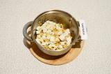 Шаг 4. Добавить сыр в кастрюлю, обжаривать осторожно помешивая, 5 минут. Сыр уве